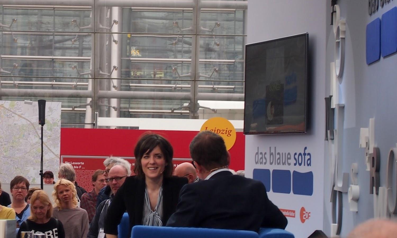 Moderatorin und Autorin Sarah Kuttner auf dem blauen Sofa 2016 Leipziger Buchmesse