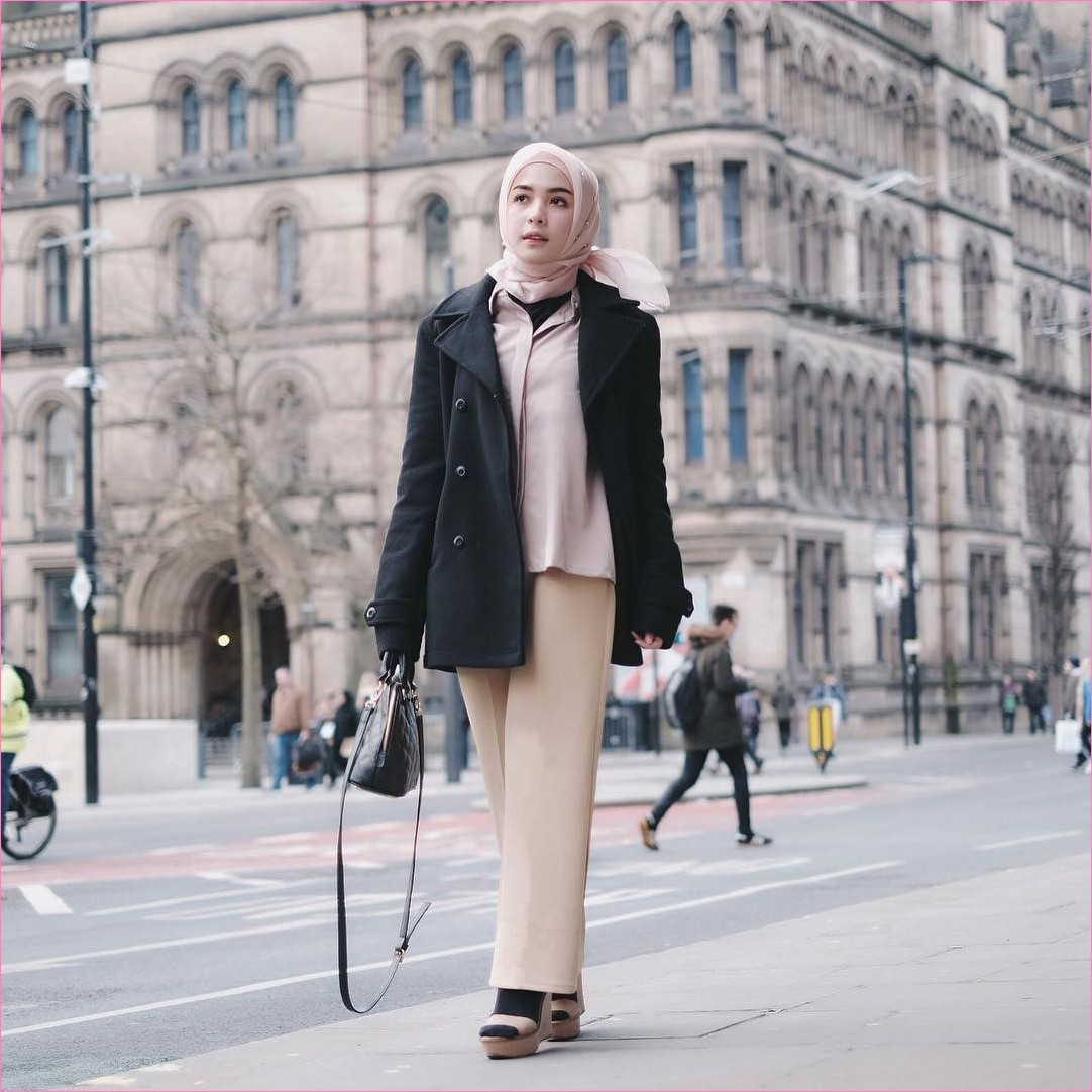 Outfit Baju Traveler Berhijab untuk Keluar Negri 2018 bleezer sarung tangan kaos kaki slingbags hitam square hijab organza ciput rajut kemeja blouse baby pink pallazo cullotes krem wedges high heels krem ootd outfit trendy coat