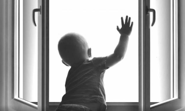 В Башкирии из окна выпал малыш