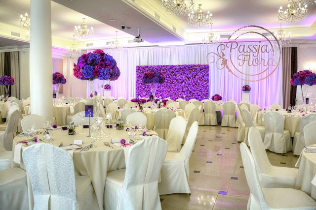 Fioletowe dekoracje na weselu