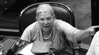"""""""Néstor Kirchner decidió pagarle al Fondo Monetario Internacional con liquidez, con fondos de las reservas de los argentinos. Le pagó cash al FMI y se endeudó con la ANSES. ¡Y dicen ser patriotas! ¿Patriotas son los con los que pagan cash al FMI y se endeudan con los jubilados y los trabajadores? ¡Dónde está la patria, señores!"""", asestó."""