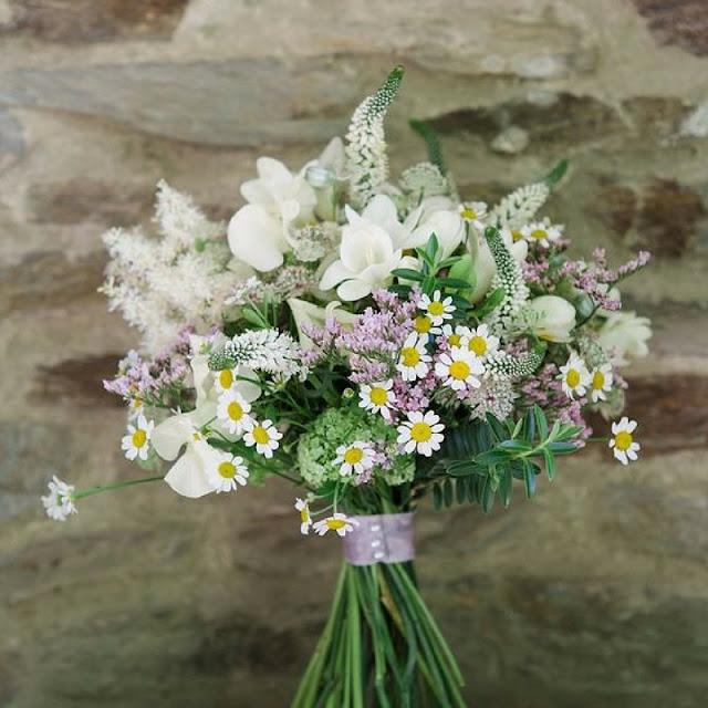 bukiet ślubny z polnych kwiatów, rustykalny bukiet ślubny, stokrotki