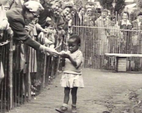 criança exposta em zoo humano em 1958