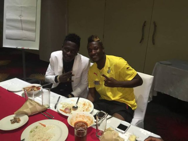Shatta Wale visits Blacks Stars