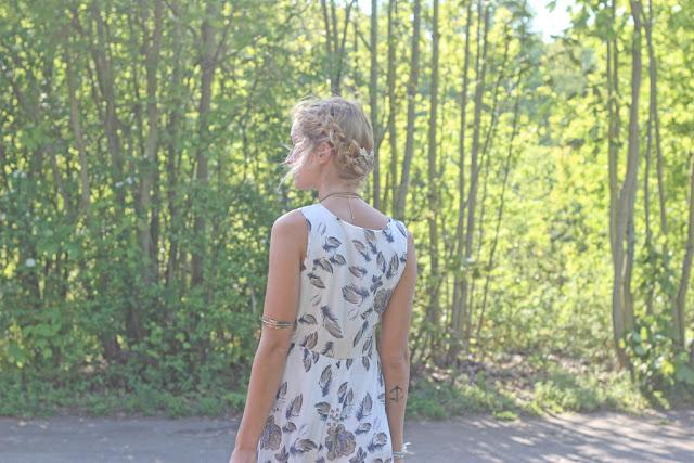 Weißes Maxikleid Midikleid mit Armschmuck bei Bloggerin Mona