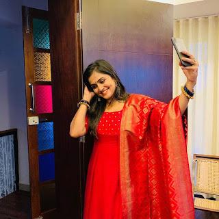 Actress Ramya Nambeesan Cute Lovely Pics