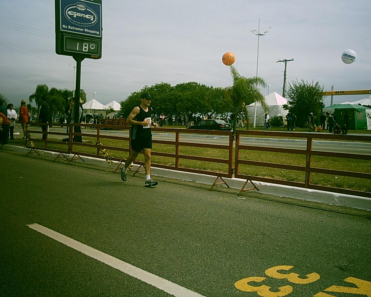 f5e47bf74 Passando no km 33 fingindo que estava correndo (pra não ser arrancado da  prova pela família)