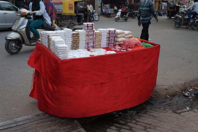 Pedagang Makanan dan perlengkapan sembahyang di Varanasi