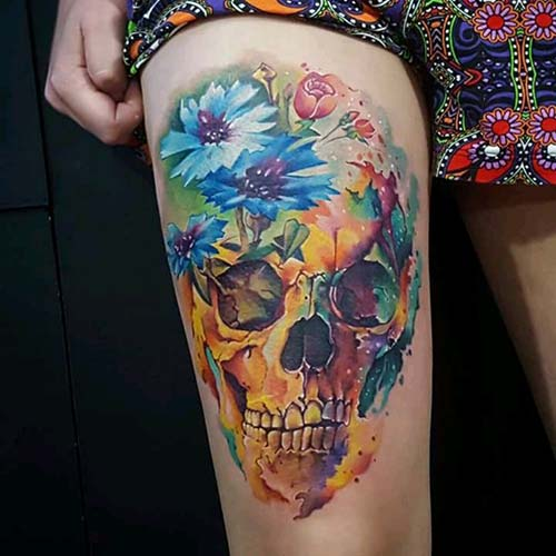 kadın üst bacak renkli kuru kafa dövmesi woman thigh colorful skull tattoo