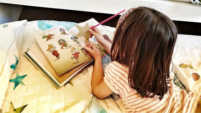 Leia leyendo el cuento de María en su cuarto, nada más recibirlo en casa.