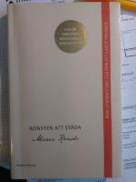 """Boken """"Konsten att städa"""" av Marie Kondo. En trevlig liten bok att läsa och bra tips för att lyckas med bestående rensning och att börja tänka kring sitt beteende."""