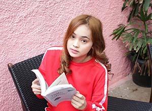 Angel Lisandi Putri Bawa Buku