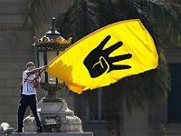 Direniş, üzerinde Rabia işareti olan bir flama sallayan direnişçi