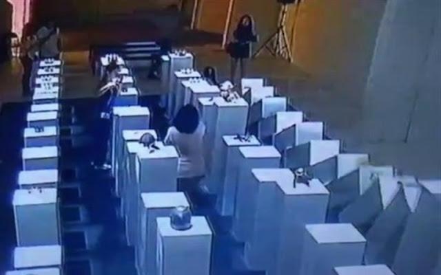 Mujer arruina esculturas de 200 mil dólares... ¡Todo por una selfie!