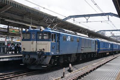 赤羽駅を通過するJR東日本EF64形1052号機+24系北斗星廃車回送編成