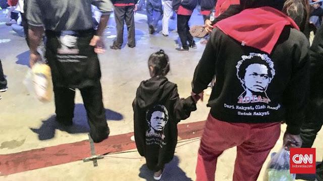 Jokowi Lantik Relawan, Anak di Bawah Umur Berkeliaran