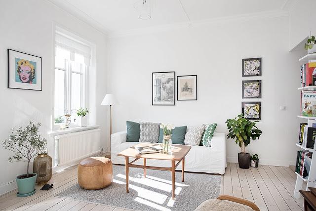 salon w stylu skandynawskim, drewniana podłoga, jak powiesić plakaty na ścianie