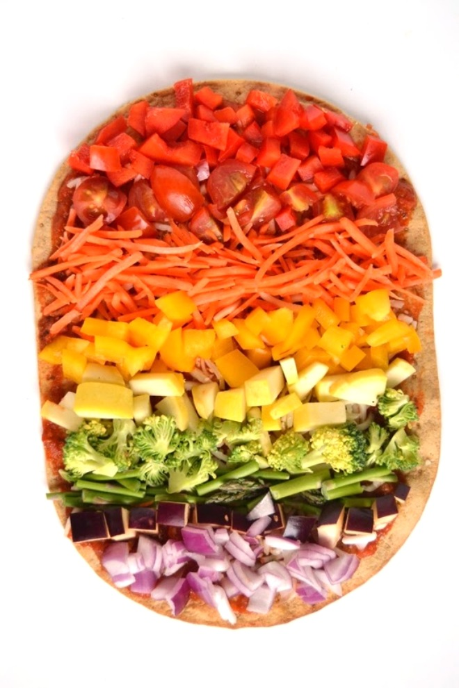 This homemade veggie loaded Rainbow Flatbread Pizza is ready in 20 minutes and is loaded with your favorite vegetables for a nutritious and fun meal! www.nutritionistreviews.com