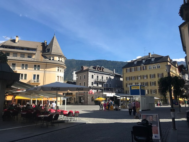 スイスのブリークの町の広場真ん中に案内所がある