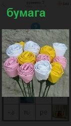 несколько цветов сделано из бумаги в букет
