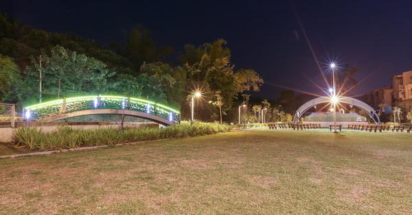 《台中.霧峰》阿罩霧公園-綠色拱橋、展演舞台、綠草坪、玩沙區