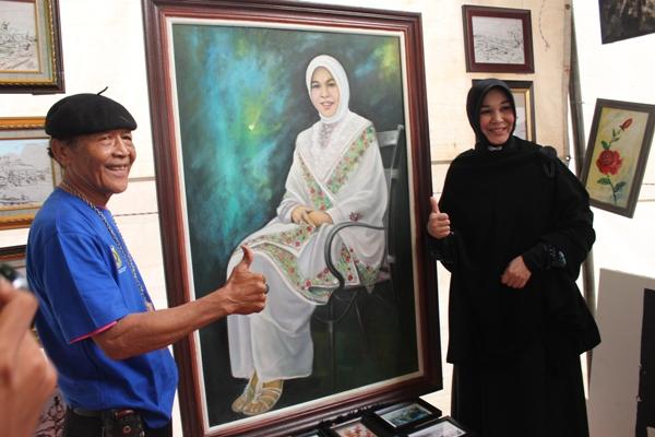 Banyak Warga Berselfie di Lukisan Illiza