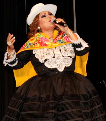 Foto de Amanda Portales cantando