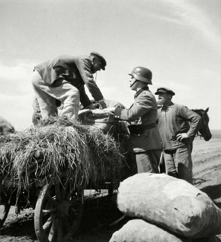 Un soldado alemán que negocia con un granjero (o tal vez lo confiscó).
