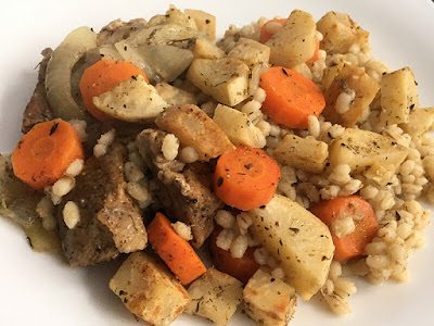 Pieczone warzywa z kaszą jęczmienną i mięsem