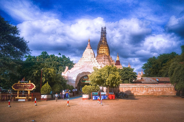 Cấu trúc này giống như ở các tòa tháp miền Bắc Ấn Độ cho thấy ảnh hưởng của lối kiến trúc này tới Ananda. Có tới 5 bậc khác nhau tương ứng với 5 sikhara và kết thúc ở một đỉnh tháp to lớn nhất gọi là hti cao khoảng 51m, trên đó là các viên đá quý, kim cương, hồng ngọc như hầu hết các chùa khác ở Myanmar (Shwedagon, Shwezigon…).