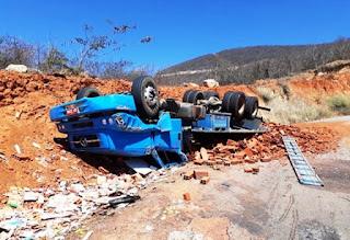 Caminhão carregado com blocos tomba