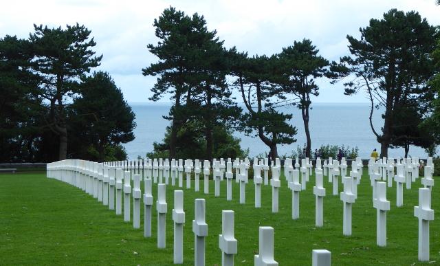 Cementiri amb la platja de fons