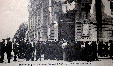 Queue devant la Banque de France à Orléans en 1914