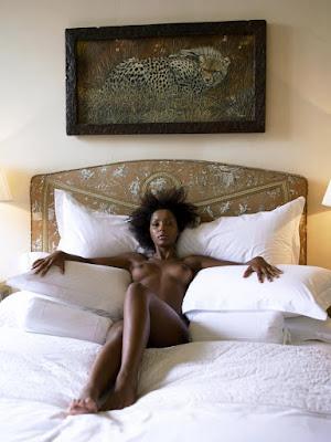 стройная красотка позирует голой в постели