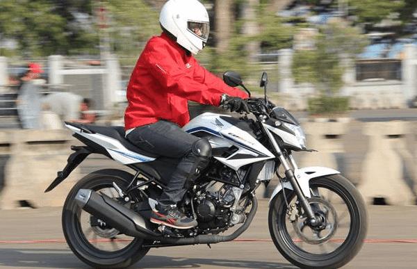 Tak cukup dengan itu perbedaan Honda All New CB150R tersebut juga di tunjang dengan tampilan terbaru, yang diantaranya pada visor baru serta undercowl sporti.