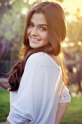 Wanita Manis senyum menawan tanpa make up