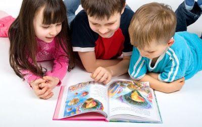 Audiocuentos en mp3. Tres niños leyendo un libro de cuentos