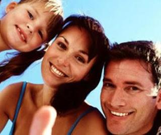 Imagen de una familia mostrando su sonrisa