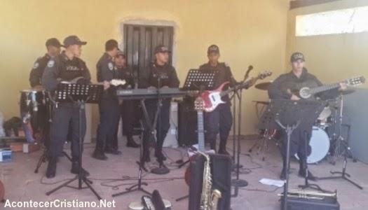 Policías cristianos de Honduras cantando alabanzas