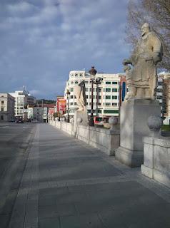 Puente que conecta el forum evolution con el centro de Burgos