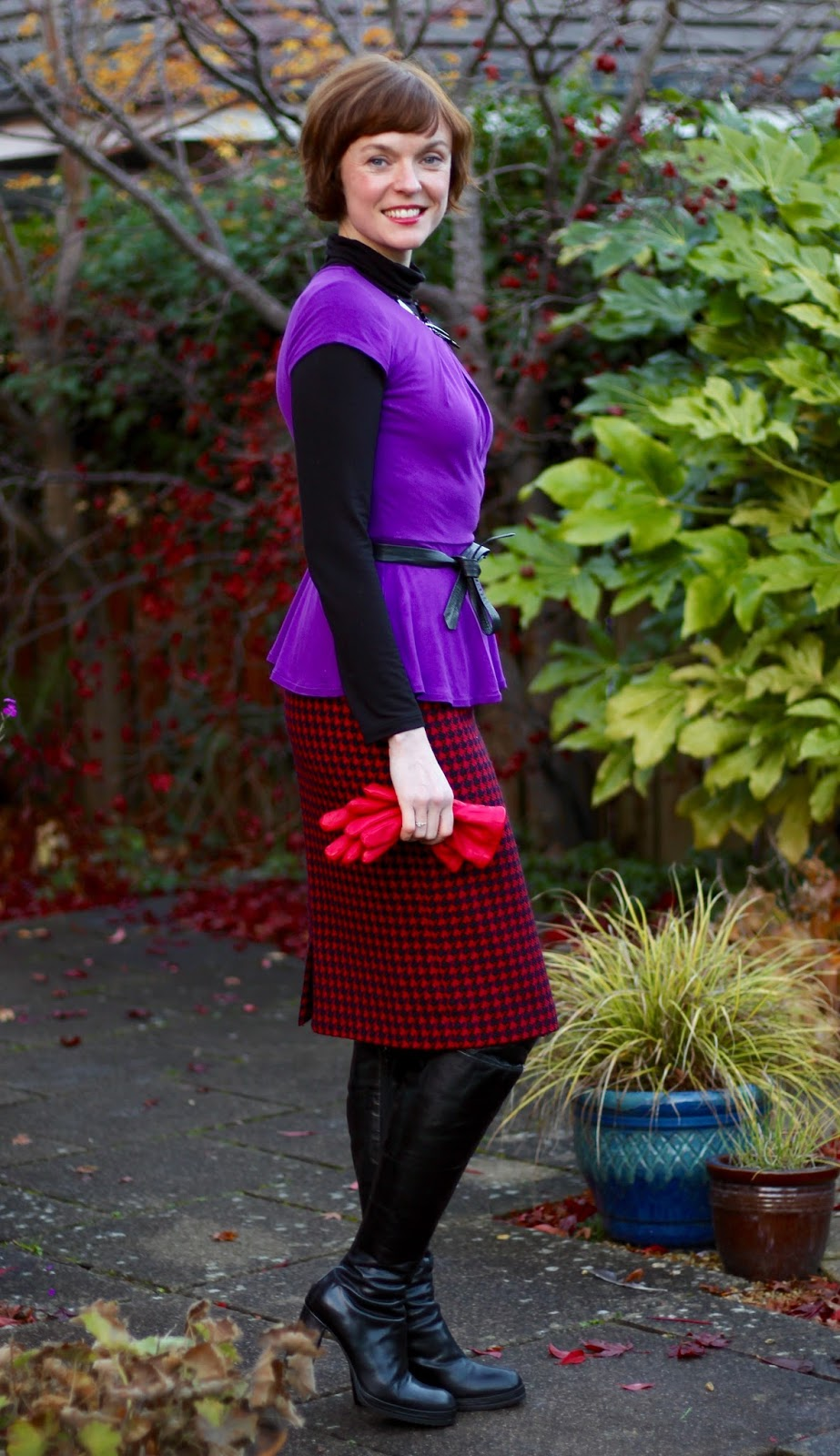 Vintage wool pencil skirt, OTK boots and a peplum top, over 40 | Fake fabulous