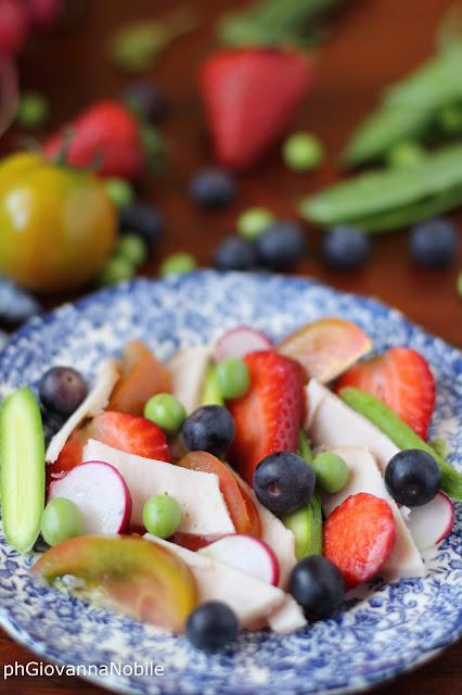 Insalata con fesa di tacchino, zucchinette, fragole, rapanelli, mirtilli e pomodori