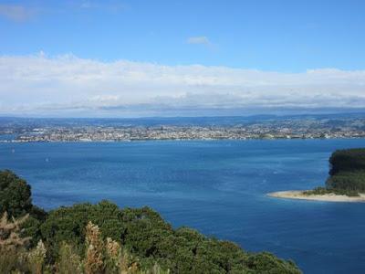 Vistas del puerto y centro de Tauranga desde Mount Maunganui, Nueva Zelanda
