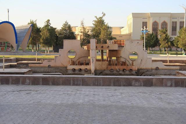 Ouzbékistan, Boukhara, Avenue Alisher Navoï, fontaine, © L. Gigout, 2012