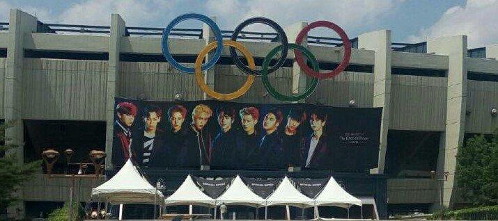 [FANTAKEN] 170525 EXOr'DIUM [dot] banner outside Jamsil Stadium