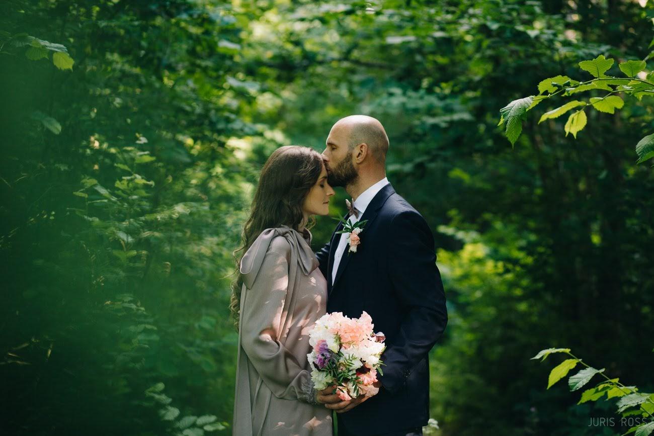 emocionāla kāzu fotosesija