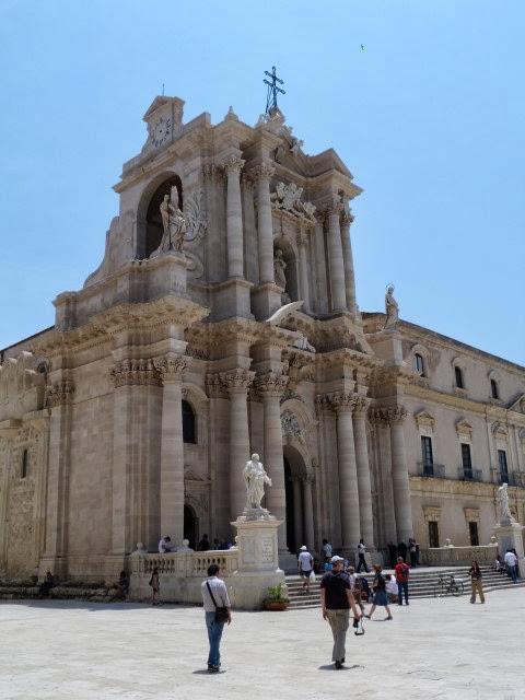 Dom in Siracuse, Sicilie. Met Griekse zuilen