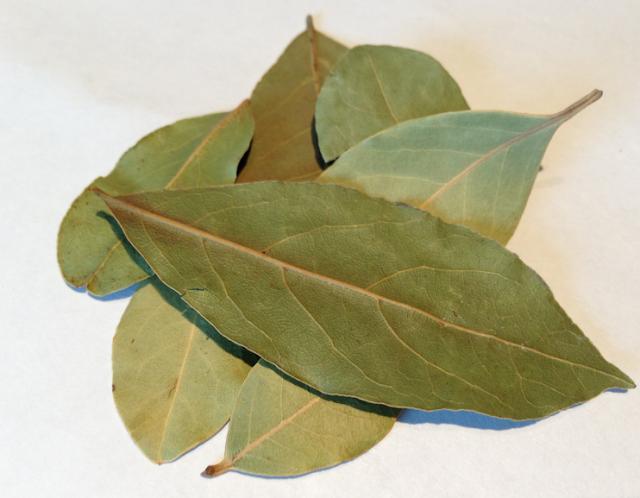 Brûlez les feuilles de laurier à la maison et voyez ce qui se passe après 10 minutes!