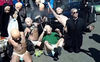 Satanistas usando máscaras de bebês, manifestam-se à favor do aborto.