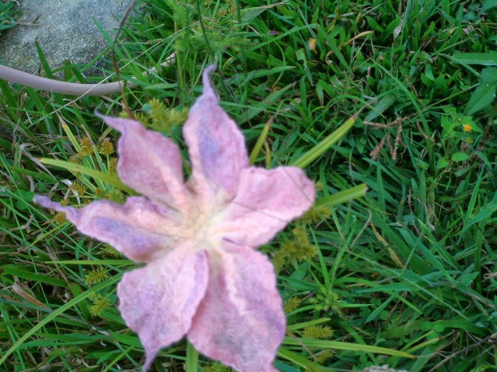 flor feltrada no meio da grama